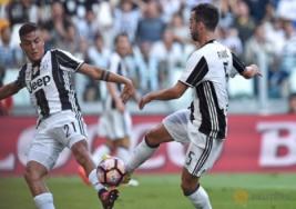 Pemain Juventus Miralem Pjanic saat menambah skor untuk Juventus pada pertandingan Juventus vs Sassuolo di Stadion, Turin, Italia, Sabtu (10/9/2016). Pada pertandingan tersebut Juventus berhasil mengalahkan Sassuolo dengan skor 3-1.