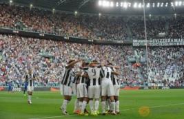 Selebrasi  tim Juventus usai mencetak gol pada pertandingan Juventus vs Sassuolo di Stadion, Turin, Italia, Sabtu (10/9/2016). Pada pertandingan tersebut Juventus berhasil mengalahkan Sassuolo dengan skor 3-1.