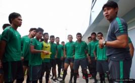 Pelatih Timnas U-19, Eduard Tjong, memberikan pengarahan pada latihan perdana jelang Piala AFF U-19 yang diadakan di Youth Football Training Centre (YFTC).