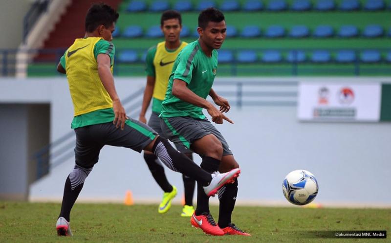 Pemain Timnas U-19 mengikuti latihan perdana jelang Piala AFF U-19 yang diadakan di Youth Football Training Centre (YFTC). Laga pertama Timnas U-19 akan melawan Myanmar pada 12 September 2016 pukul 16.00. Lalu laga kedua, Garuda Muda bakal menghadapi Thailand pada 14 September 2016.