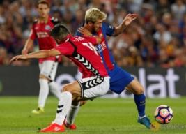 Lionel Messi saat menggiring bola di bayangi oleh pemain Alaves Danie Torres pada pertandingan Barcelona vs Alaves di Stadion Camp Nou, Barcelona, Spanyol, Minggu (11/9/2016). Tuan rumah Barcelona harus kalah dengan tim promosi dengan skor 2-1.