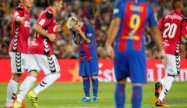 Ekspresi Lionel Messi pada pertandingan Barcelona vs Alaves di Stadion Camp Nou, Barcelona, Spanyol, Minggu (11/9/2016). Tuan rumah Barcelona harus kalah dengan tim promosi dengan skor 2-1.