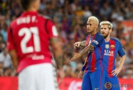 Ekspresi Neymar dan Lionel Messi pada pertandingan Barcelona vs Alaves di Stadion Camp Nou, Barcelona, Spanyol, Minggu (11/9/2016). Tuan rumah Barcelona harus kalah dengan tim promosi dengan skor 2-1.