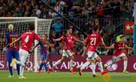 Selebrasi pemain Alaves Ibai Gomez usai mencetak gol ke gawang Barcelona di Stadion Camp Nou, Barcelona, Spanyol, Minggu (11/9/2016). Tuan rumah Barcelona harus kalah dengan tim promosi dengan skor 2-1.