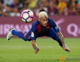 Neymar saat melakukan sundulan pada pertandingan Barcelona vs Alaves di Stadion Camp Nou, Barcelona, Spanyol, Minggu (11/9/2016). Tuan rumah Barcelona harus kalah dengan tim promosi dengan skor 2-1.