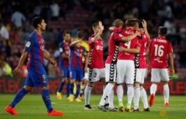 Suarez saat melintas para pemain Alaves yang sedang selebrasi pada pertandingan Barcelona vs Alaves di Stadion Camp Nou, Barcelona, Spanyol, Minggu (11/9/2016). Tuan rumah Barcelona harus kalah dengan tim promosi dengan skor 2-1.