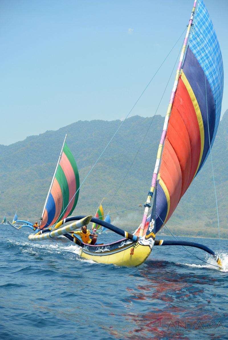 Perlombaan Perahu Layar di Hari Jadi Kab SItubondo