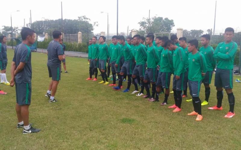 Para pemain Timnas Indonesia U-19 berlatih di Lapangan ACB Phuong Dong, Hanoi Vietnam, Minggu (11/9/2016). Kapten Timnas Indonesia U-19, Bagas Adi Nugroho, optimistis skuad Merah Putih dapat mengalahkan Myanmar pada penyisihan Grup B Piala AFF U-19.  Seperti diketahui Bagas Adi Nugroho menjadi Kapten, menggantikan Andy Setyo Nugroho yang mengalami cidera saat berlatih beberapa waktu lalu.