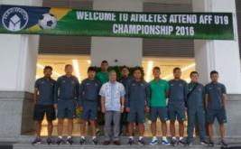 Dubes RI di Vietnam, Ibnu Hadi (kemeja putih) mengunjungi Timnas U19 di Sport Hotel Hanoi pada sore tadi. Kunjungan tersebut mendadak dan sekaligus memberi semangat Timnas U19 yang akan melakoni laga perdana lawan Myanmar besok sore dalam ajang AFF Cup U-19 Championship 2016.