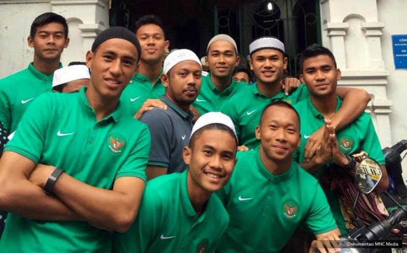 Pemain dan ofisial Timnas Indonesia U-19 melakukan salat Idul Adha di Masjid Al Noor Hanoi. Usai salat, para pemain bersilaturahmi dengan sesama umat muslim di halaman masjid. Tak lupa, mereka juga mengucapkan selamat Hari Raya Idul Adha 10 Zulhijah 1437 H kepada umat muslim, terutama muslim di Tanah Air.