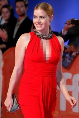 Amy Adams Tampil Cantik dengan Busana Berwarna Merah