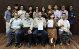 <p>  Para karyawan PT Infokom Elektrindo berfoto bersama di MNC Tower, Jakarta, Selasa (13/9/2016).</p>