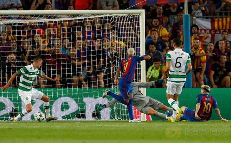 Lionel Messi (kanan) mencetak gol ke gawang Celtic FC pada babak kualifikasi Grup C Liga Champions 2016-2017 di Camp Nou, Bercelona, Spanyol, Rabu (14/9/2016) dini hari WIB.
