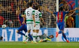 Andres Iniesta (kiri) selebrasi usai mencetak gol ke gawang Celtic FC pada babak kualifikasi Grup C Liga Champions 2016-2017 di Camp Nou, Bercelona, Spanyol, Rabu (14/9/2016) dini hari WIB.
