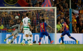 Andres Iniesta (kanan) mencetak gol ke gawang Celtic FC pada babak kualifikasi Grup C Liga Champions 2016-2017 di Camp Nou, Bercelona, Spanyol, Rabu (14/9/2016) dini hari WIB.