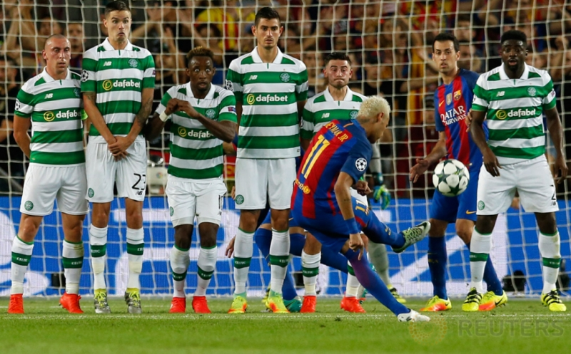 Neymar melepaskan tendangan bebas yang berbuah gol ke gawang Celtic FC pada babak kualifikasi Grup C Liga Champions 2016-2017 di Camp Nou, Bercelona, Spanyol, Rabu (14/9/2016) dini hari WIB.