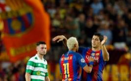 Neymar (tengah) selebrasi dengan Luis Suarez usai mencetak gol ke gawang Celtic FC pada babak kualifikasi Grup C Liga Champions 2016-2017 di Camp Nou, Bercelona, Spanyol, Rabu (14/9/2016) dini hari WIB.