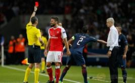 Pelatih Arsenal Arsene Wenger (kemeja putih) memperhatikan wasit Viktor Kassai (kiri) saat memberikan kartu merah terhadap Olivier Giroud (dua kiri) usai terlibat pertengkaran dengan Marco Verratti pada matchday I Liga Champions 2016-2017, Rabu (14/9/2016) dini hari WIB.