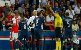 Pelatih Arsenal Arsene Wenger (kemeja putih) memperhatikan wasit Viktor Kassai (dua kanan) saat memberikan kartu merah terhadap Olivier Giroud (kiri) usai terlibat pertengkaran dengan Marco Verratti (dua kiri) pada matchday I Liga Champions 2016-2017, Rabu (14/9/2016) dini hari WIB.
