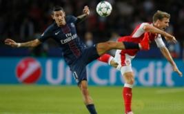 Nacho Monreal (kanan) saat berebut bola dengan Angel Di Maria pada matchday perdana Grup A Liga Champions 2016-2017 di Parc des Princes, Paris, Prancis, Rabu (14/9/2016) dini hari WIB.