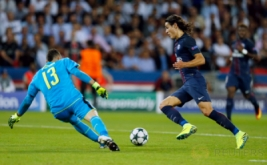 Edinson Cavani (kanan) mengecoh kiper Arsenal David Ospina pada matchday perdana Grup A Liga Champions 2016-2017 di Parc des Princes, Paris, Prancis, Rabu (14/9/2016) dini hari WIB.