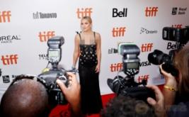Cantik dan Seksi, Kate Hudson dengan Gaun Hitam Transparan