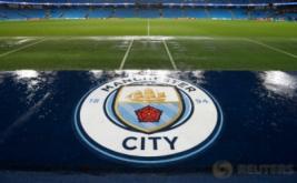 Petugas melakukan tes lapangan dengan menendang bola di permukaan Stadion Etihad. Laga penyisihan Grup C Liga Champions yang mempertemukan Manchester City dan Borussia Moenchengladbach ditunda karena hujan lebat yang mengguyur Stadion Etihad.