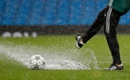 Laga penyisihan Grup C Liga Champions yang mempertemukan Manchester City dan Borussia Moenchengladbach ditunda karena hujan lebat yang mengguyur Stadion Etihad.