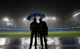 Petugas berada di dalam Stadion Etihad, saat hujan lebat mengguyur kandang Manchester City tersebut. Laga penyisihan Grup C Liga Champions yang mempertemukan Manchester City dan Borussia Moenchengladbach ditunda karena hujan lebat yang mengguyur Stadion Etihad.
