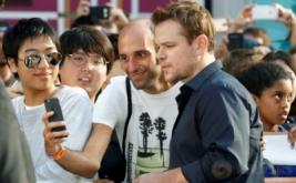 Matt Damon Layani Permintaan Selfie Bareng Fans