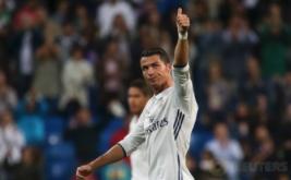 Ronaldo mengacungkan jempol ke hadapan suporter usai laga Real Madrid kontra Sporting pada laga matchday perdana Grup F Liga Champions 2016-2017 di Santiago Bernabeu, Madrid, Spanyol, Kamis (15/9/2016) dini hari WIB.