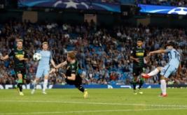 Sergio Aguero (kanan) mencetak gol ke gawang Borussia Monchengladbach pada laga perdana fase penyisihan Grup C Liga Champions 2016-2017, Stadion Etihad, Manchester, Kamis (15/9/2016) dini hari WIB.