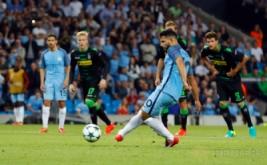 Sergio Aguero mencetak gol ke gawang Borussia Monchengladbach dari eksekusi penalti pada laga perdana fase penyisihan Grup C Liga Champions 2016-2017, Stadion Etihad, Manchester, Kamis (15/9/2016) dini hari WIB.