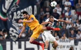 Giorgio Chiellini (kanan) berebut bola di udara dengan Vincente Iborra pada laga perdana Grup H Liga Champions 2016-2017, Kamis (15/9/2016) dini hari WIB.