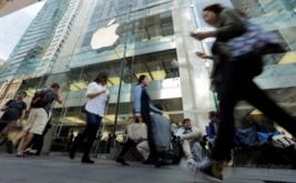 <p>  Demi mendapatkan iPhone 7, puluhan calon pembeli rela menginap dengan memasang tenda di depan Apple Store di Sydney, Australia, Kamis (15/9/2016).</p>
