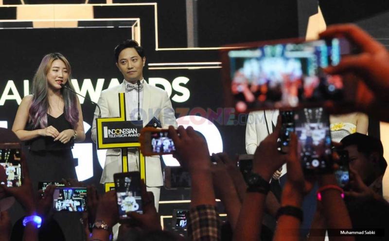 Semringah dan Undang Tepuk Meriah Fans, Jin Goo Sabet Special Award dari Hary Tanoe