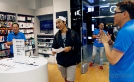 <p>  Kent Lee (20) menunjukkan ekspresinya saat menerima iPhone 7 di sebuah Apple Store di Singapura, Jumat (16/9/2016). Kent Lee terpilih menjadi pembeli pertama iPhone 7 di Apple Store ini.</p>