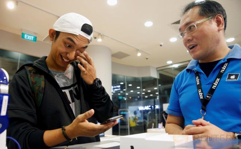 Begini Ekspresi Kent Lee, Pembeli Pertama iPhone 7 di Singapura