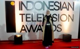 Berhijab, Rina Nose Tampil Beda di Red Carpet ITA 2016