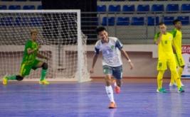 Pemain futsal Kalimantan Timur Daryat Kamaludin (kedua kiri) melakukan selebrasi usai mencetak gol ke gawang tim futsal Sumatera Utara dalam laga penyisihan Futsal Grup A PON XIX Jabar di GOR Laga Tangkas ITB Jatinangor, Sumedang, Jawa Barat, Jumat (16/9/2016). Tim futsal Kalimantan Timur mengalahkan tim futsal Sumatera Utara lewat skor 3-2.