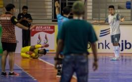 Pemain futsal Sumatera Utara Syauqi Saud (kiri) merasa kesakitan seusai dijatuhkan pemain futsal Kalimantan Timur Akcaya Heikal (kanan) dalam laga penyisihan Futsal Grup A PON XIX Jabar di GOR Laga Tangkas ITB Jatinangor, Sumedang, Jawa Barat, Jumat (16/9/2016). Tim futsal Kalimantan Timur mengalahkan tim futsal Sumatera Utara lewat skor 3-2.