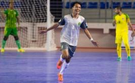 Pemain futsal Kalimantan Timur Daryat Kamaludin (tengah) melakukan selebrasi usai mencetak gol ke gawang tim futsal Sumatera Utara dalam laga penyisihan Futsal Grup A PON XIX Jabar di GOR Laga Tangkas ITB Jatinangor, Sumedang, Jawa Barat, Jumat (16/9/2016). Tim futsal Kalimantan Timur mengalahkan tim futsal Sumatera Utara lewat skor 3-2.