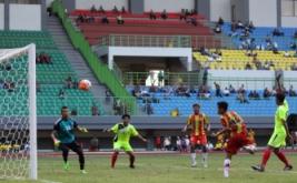 Pesepakbola tim Kalimantan Selatan Nazahrul Fahmi (kedua kanan) menyundul bola ke gawang Sumatera Utara saat mencetak gol pada pertandingan Grup B PON XIX di Stadion Patriot Chandrabhaga, Bekasi, Jawa Barat, Jumat (16/9/2016). Pada laga ini, Kalimantan Selatan meraih kemenangan 2-0 atas Sumatera Utara.