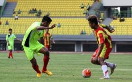 Pesepakbola Kalimantan Selatan Agi Pratama (kanan) berusaha melewati pesepakbola Sumatera Utara Dikky Yudistia (kiri) pada pertandingan Grup B tim PON XIX di Stadion Patriot Chandrabhaga, Bekasi, Jawa Barat, Jumat (16/9/2016). Pada laga ini, Kalimantan Selatan meraih kemenangan 2-0 atas Sumatera Utara.