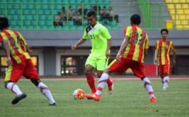 Pesepakbola Sumatera Utara Rio Syahputra (tengah) berusaha melewati pesepakbola Kalimantan Selatan Hansamu Yama (kanan) menggiring bola pada pertandingan Grup B tim PON XIX di Stadion Patriot Chandrabhaga, Bekasi, Jawa Barat, Jumat (16/9/2016). Pada laga ini, Kalimantan Selatan meraih kemenangan 2-0 atas Sumatera Utara.