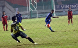 Pesepakbola Jawa Barat Febri Hariyadi (kedua kanan) melakukan eksekusi tendangan penalti ke gawang tim Bali yang dijaga I Putu Pager Wirajaya (kiri) pada laga grup A cabang olahraga sepakbola PON XIX di Stadion Pakansari, Cibinong, Bogor, Jawa Barat, Jumat (16/9/2016). Pada laga ini, tuan rumah Jawa Barat memenangi pertandingan lewat skor 1-0.