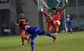 Pesepakbola Jabar Heri Susanto (kiri) menjegal pesepakbola Bali pada laga grup A cabang olahraga sepakbola PON XIX di Stadion Pakansari, Cibinong, Bogor, Jawa Barat, Jumat (16/9/2016). Pada laga ini, tuan rumah Jawa Barat memenangi pertandingan lewat skor 1-0.