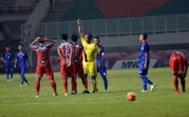 Wasit memberikan kartu merah kepada pesepakbola Bali I Nyoman Adi Parwa (ketiga kiri) usai melakukan pelanggaran pada laga grup A PON XIX Jabar melawan tim Jawa Barat di Stadion Pakansari, Cibinong, Bogor, Jawa Barat, Jumat (16/9/2016). Pada laga ini, tuan rumah Jawa Barat memenangi pertandingan lewat skor 1-0.