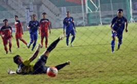 Pesepakbola Jawa Barat Febri Hariyadi (kanan) melakukan eksekusi tendangan penalti ke gawang tim Bali yang dijaga I Putu Pager Wirajaya (kiri) pada laga grup A cabang olahraga sepakbola PON XIX di Stadion Pakansari, Cibinong, Bogor, Jawa Barat, Jumat (16/9/2016). Pada laga ini, tuan rumah Jawa Barat memenangi pertandingan lewat skor 1-0.