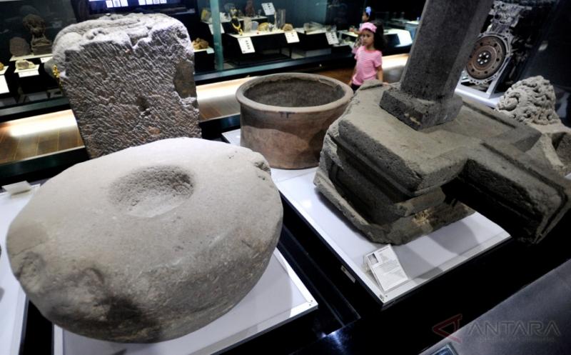 Memperhatikan Peninggalan Sejarah di Museum Geologi Bandung